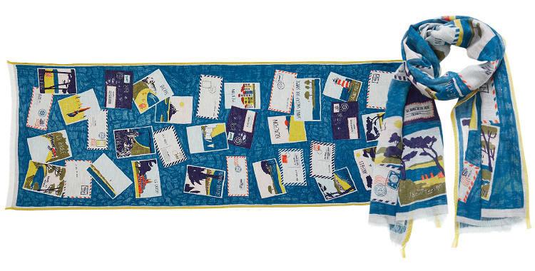 Ce foulard bleu canard Inouitoosh, en coton et soie, représente les cartes postales des célèbres stations balnéaires dans toute la France.