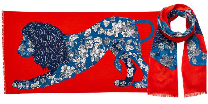 Ce foulard imprimé en coton, représente un lion majestueux au corps tatoué d'un motif foral, en coloris orange.