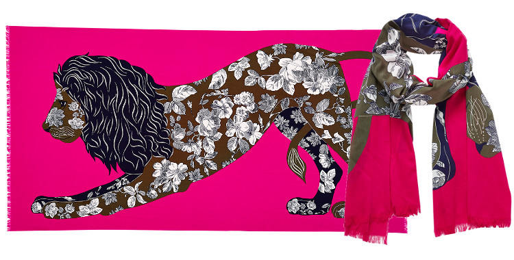 Ce foulard imprimé en coton, représente un lion majestueux au corps tatoué d'un motif foral, en coloris rose fushia .