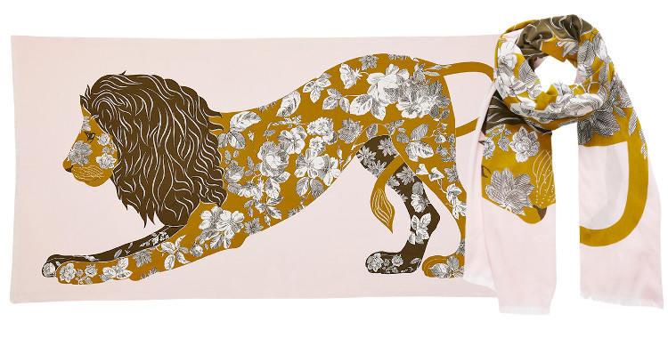 Ce foulard imprimé en coton, représente un lion majestueux au corps tatoué d'un motif foral, en coloris rose nude .