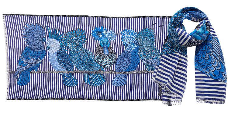 Ce foulard inouitoosh en coton imprimé représente des cacatoes et un canard, en coloris bleu.