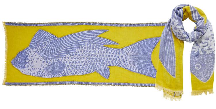 Ce foulard Inouitoosh en coton représente un poisson bleu sur fond jaune.