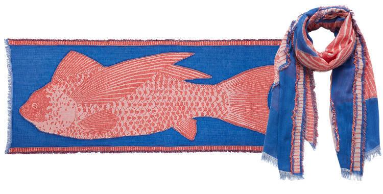 Ce foulard Inouitoosh en coton représente un poisson rouge sur fond bleu.