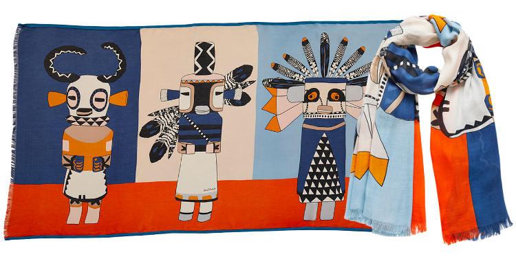 Ce foulard imprimé en modal et coton, représente de poupées indiennes qui sont des esprits farceurs, en coloris orange et bleu .