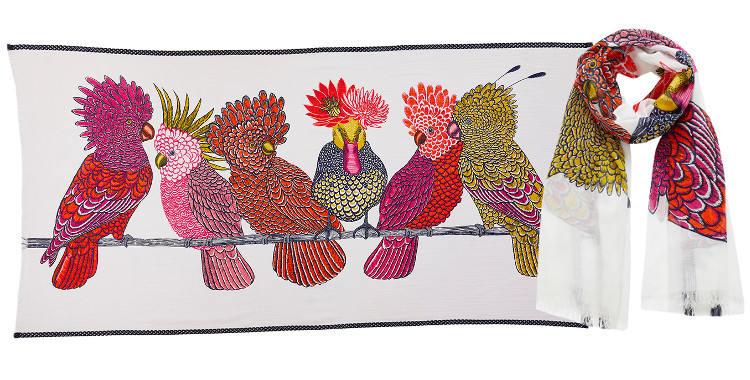 Ce foulard inouitoosh en coton imprimé représente des cacatoes et un canard, en coloris rose.