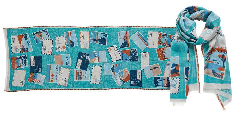Ce foulard turquoise Inouitoosh, en coton et soie, représente les cartes postales des plus célèbres stations balnéaires de toute la France.