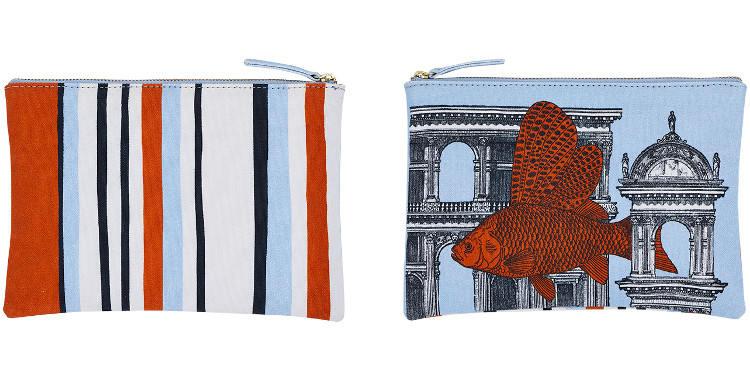 Cette pochette Inouitoosh, en coton imprimé représente un poisson volant parmis des bâtiments de style romain Renaissance.