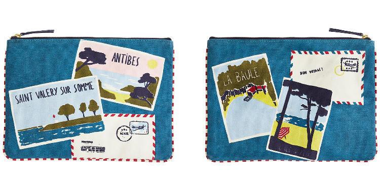 Cette pochette en coton imprimé représente les cartes postales des plus célèbres stations balnéaires dans toute la France.