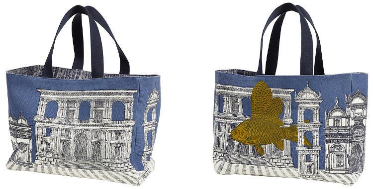 Ce sac en coton imprimé représente un poisson volant dans une ville style Renaissance romaine, façon Magritte ou Arizona Dream.