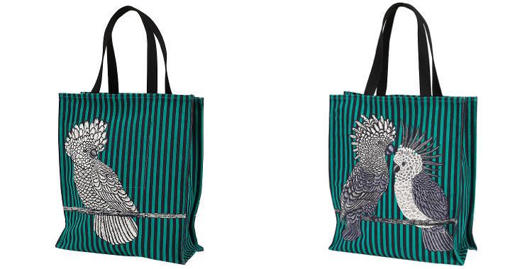 Ce sac Inouitoosh, en coton canvas imprimé, représente des cacatoes et des perroquets sur un fond rayé vert et noir.