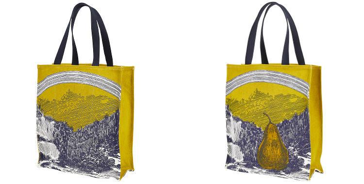 Ce sac Inouitoosh, en coton canvas imprimé, représente une poire posée dans une vallée boisée et surmontée d'un arc-en-ciel