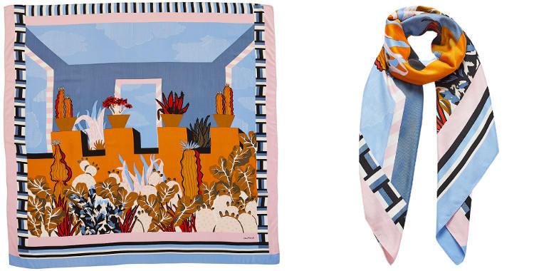 Ce carré de soie et modal, représente une maison de style latino avec des cactus, en orange et nude.