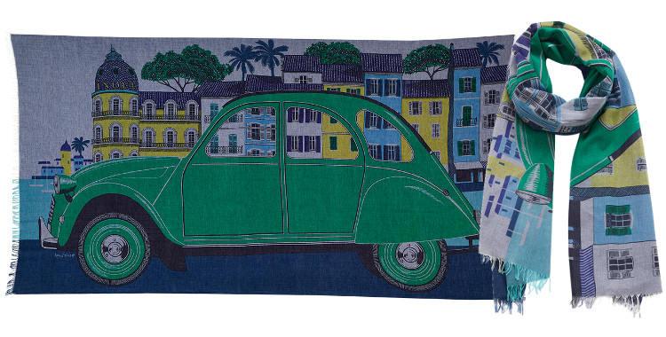 Ce foulard imprimé Inouitoosh, en coton, représente la célèbre voiture 2 CV dans la ville de Nice, en vert.