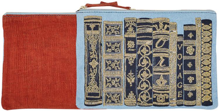 pochette en coton imprimé, rebrodée, collection Inouitoosh hiver 2020, des livres composant une bibliothèque, en bleu.