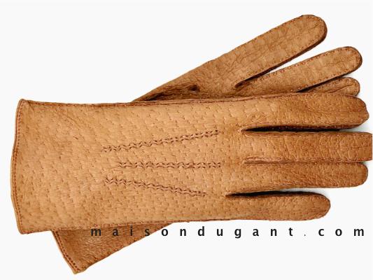 gant-pécari-cousu main - gant coloris naturel - les gants sont présentés l'un sur l'autre . 3 nervures cousues main sur le dos de la main