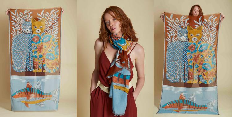 Deux chats et un poisson illustrent l'imprimé de ce foulard caramel, d'InouiEditions, été 2021;