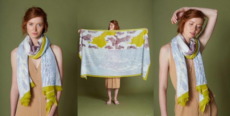 La mer rencontre le ciel et les nuages sur le motif imprimé de ce foulard en coton, jaune, de la marque Inouieditions, été 2021;