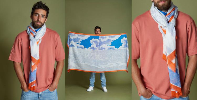 Le motif imprimé de ce foulard, bleu et orange, de la marque InouiEditions, représente le ciel et la mer, pour sa collection été 2021.