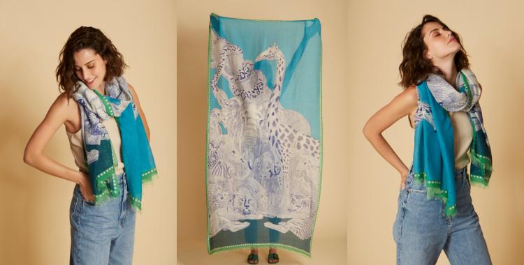 Ce foulard vert en coton de la marque Inouitoosh, été 2021, représente des animaux sauvages, en vert. Des fauves, des reptiles, une girafe ...