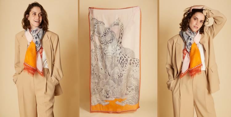 Les animaux de la savane se réunissent sur l'imprimé de ce foulard paréo, orange, en coton de la marque Inouitoosh pour la saison estivale 2021.