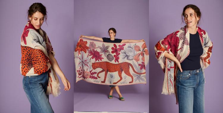 Une panthère et des fleurs sont le motif de ce foulard en coton nude, InouiEditions, été 2021.