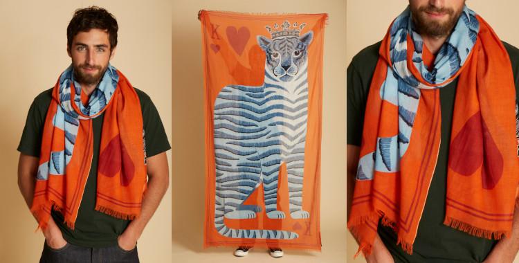 Ce foulard orange, en coton, InouiEditions, été 2021? représente, un léopard sur la carte à jouer du roi de coeur.