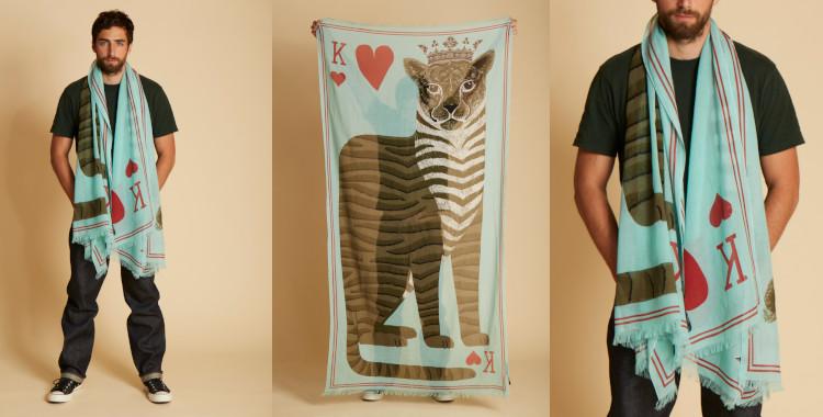 Ce foulard bleu, InouiEditions, été 2021, est décoré d'un léopard, roi de coeur de la carte à jouer