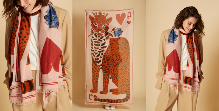 Ce foulard nude, Inouitoosh, été 2021, a pour motif une panthère illustrant la reine de coeur d'un jeu de cartes.