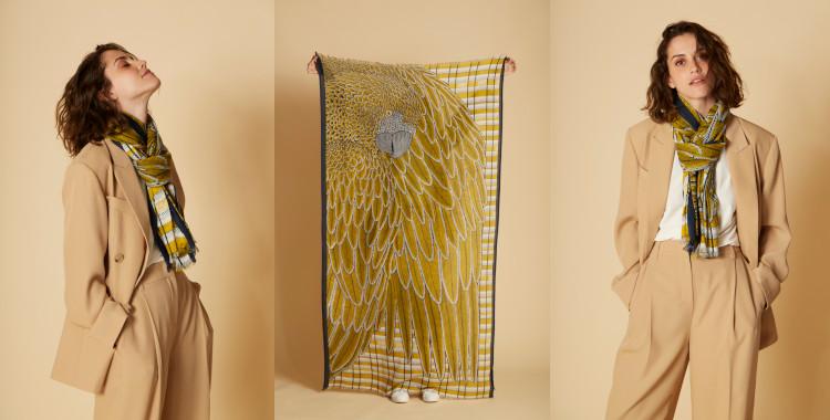 Foulard en coton, Inouitoosh, Inoui Editions, été 2021, représente un magnifique oiseau tropicale, un perroquet au magnifique ramage.