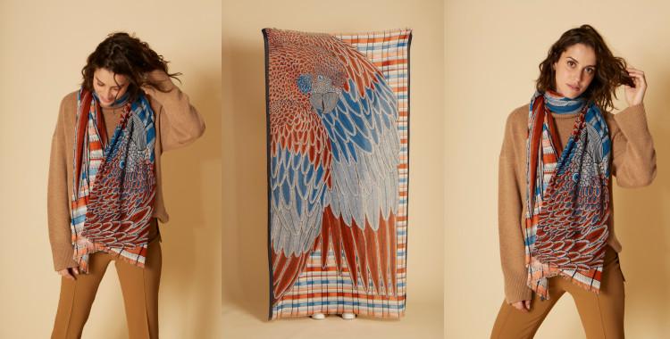 Foulard en coton, représente un perroquet et les plumes de ses ailes, en coloris orange, Inouitoosh, Inoiui Editions, été 2021.