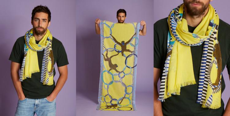 Des singes s'accrochant à des anneaux se baladent sur ce foulard jaune, en coton, de la marque InouiEditions, été 2021.