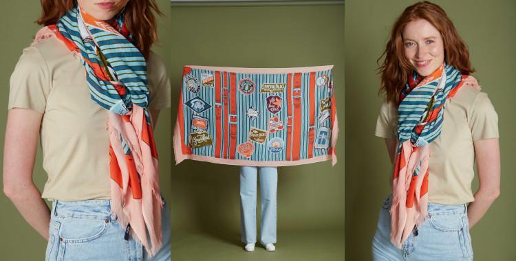 Des écussons décorant une valise composent le motif de ce foulard rouge, imprimé, InouiEditions, été 2021.