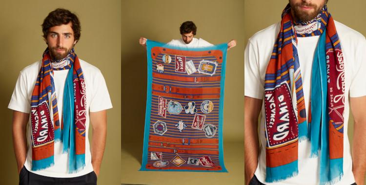 Les motifs de ce foulard, bleu et rouge, InouiEditions, été 2021, évoquent les voyages à travers le monde, avec cette valise couverte de timbres et d'écussons.