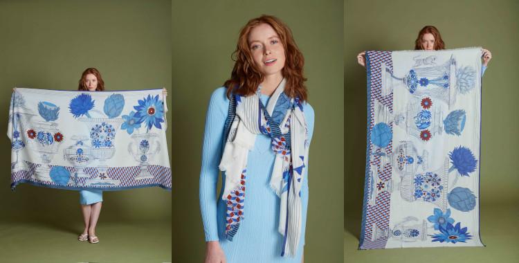 Des vases remplis de fleurs composent le motif imprimé de ce foulard bleu, en coton, de la marque InouiEditions, été 2021.