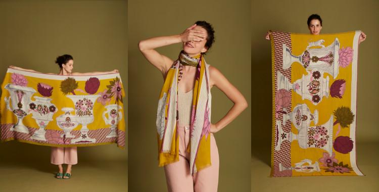 Ce foulard paréo, jaune, de la collection Inouitoosh été 2021, rebaptisé récemment InouiEdition, représente des vases remplis de fleurs.