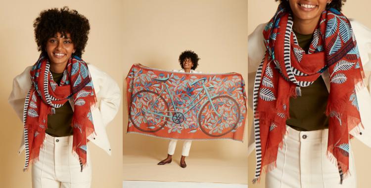 Ce foulard, rouge caramel, en coton, InouiEditions, été 2021, a pour motif imprimé une bicyclette et des feuilles. Il fait hommage à Monsieur Hulot, personnage de Kacques Tati.