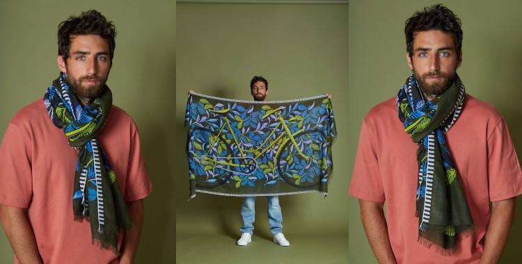 Ce foulard paréo en kaki a pour motif imprimé un vélo et des feuilles. Il fait partie de la nouvelle collection été 2021, en hommage à Mr Hulot célèbre personnage de Jacques TATI.