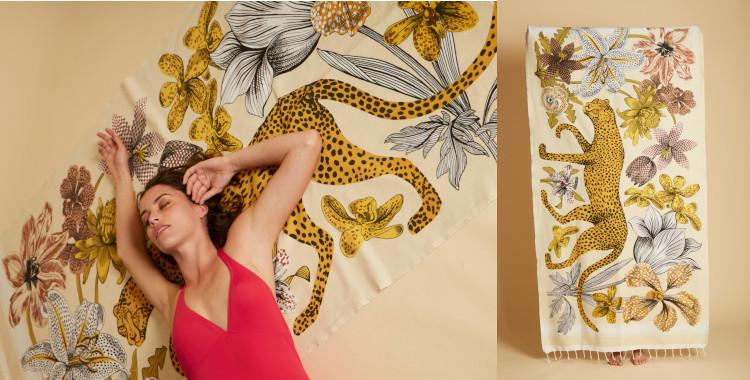 Fouta en coton, Inoui Editions, été 2021. Une panthère marche au milieu des fleurs exotiques sur cet imprimé.