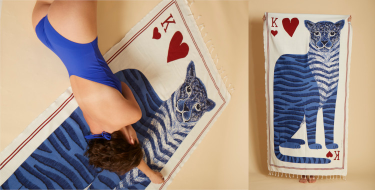 Ce fouta en coton, Inoui Editions, été 2021, représente une carte de roi de coeur personnifié par un léopard, en bleu.