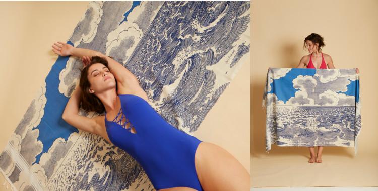 Fouta en coton, Inoui Editions, été 2021. La mer, le ciel et les nuages sont les motifs de l'imprimé en bleu marine.