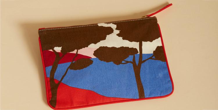 Pochette en coton, Inouiéditions été 2021, le littoral de la côte d'Azur, les pins et la mer, verso, en rouge.