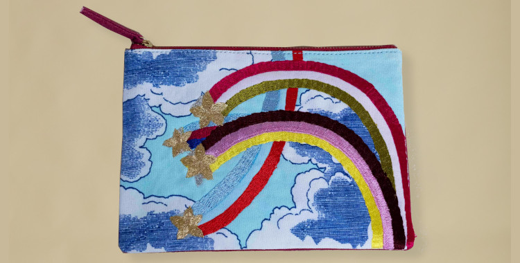 Pochette en coton, brodée au fil métallique, Inoui éditions été 2021, l'arc en ciel et les nuages, verso.