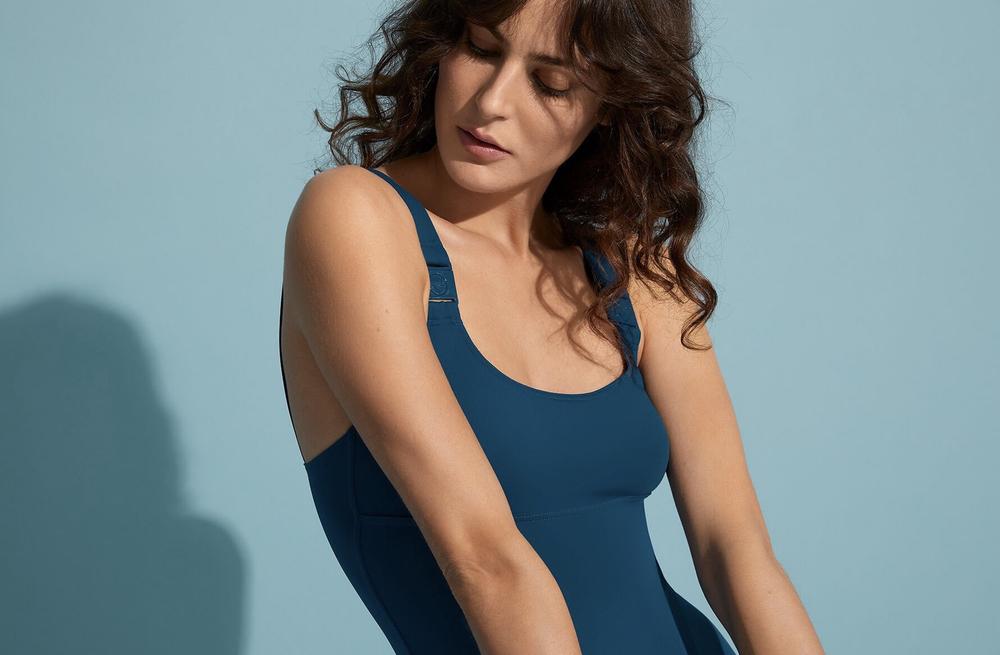 le maillot hop la est vu de plus près pou mieux mettre en valeur le confort des bretelles et du maintien poitrine  le bleu wax est une couleur extrêmement raffinée