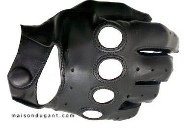 gant.homme.agneau.conduite.noir. cuir agneau souple . ouvert sur les phalanges et sur le dessus de la main . la fermeture se fait par une pression au niveau du poignet.